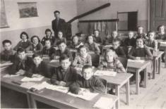 Rok 1956. Ředitel školy Josef Hadraba se svými žáky.