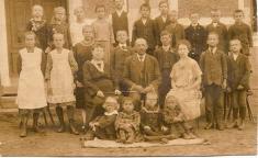 Jedna znejstarších fotografií obecní školy