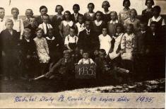 Rok 1935.Ředitel školy St.Kousal sesvými žáky