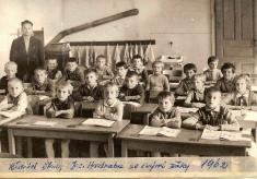Rok 1962.Ředitel školy J.Hadraba sesvými žáky.