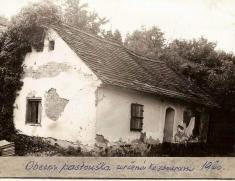 Rok 1960.Budova obecní pastoušky určená kezbourání.