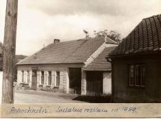 Rok 1949.Hostinec snově instalovaným obecním rozhlasem.