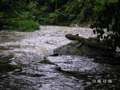 Dál pokračuje řeka klidnějším, krásným údolím..