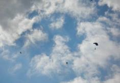 Letos nám vyšlo počasí avojáci známěšťské letecké základny nám předvedli seskok spadákem.